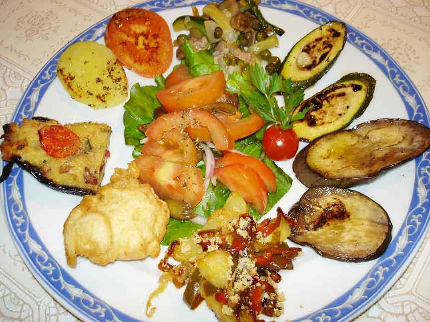 Contorno misto di verdura grigliate , peperonata e frittelline ristorante la Tana Maratea